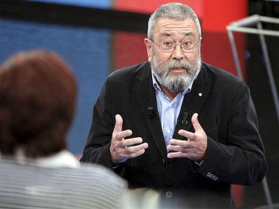 Cándido Méndez responde anoche a una ciudadana en el programa de TVE Tengo una pregunta para usted. EFE/JuanJo Martín.